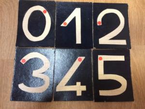 Exemple de jeu avec les chiffres rugueux: on les cache dans un sac, les élèves viennent en piocher un les yeux fermés, et doivent le deviner juste en touchant le tracé)